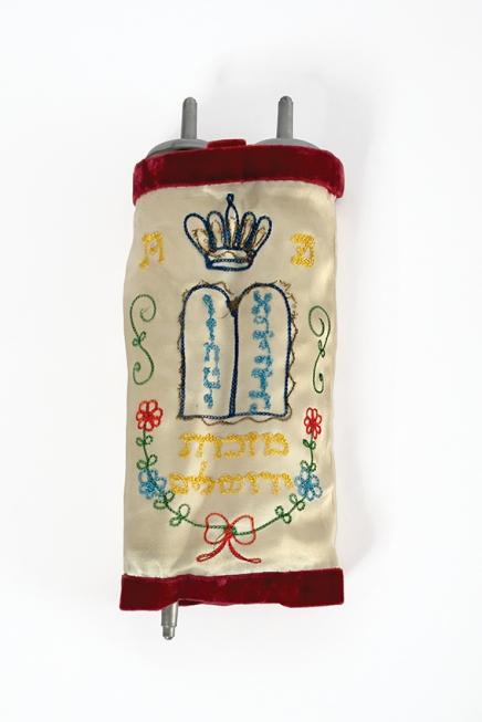 Torah dans son étui décoré de broderies et jad / Een Torah in geborduurde koker en jad, s.d., Musée Juif de Belgique / Joods Museum van België 00618, 11992. Z2, C11V, 3 + 6