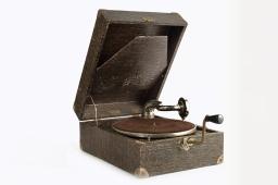 Gramophone / Grammofoon, vers / rond 1940, MoMuse, don / gift Jeanine Dardenne V 2012.037. Z3, DP11, V, 17